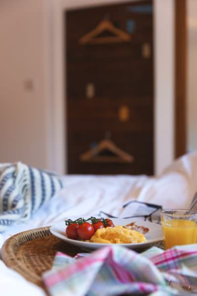 breakfast-in-bed-stones-reef-holiday-home