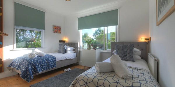 st-ives-cornwall-holiday-house-stones-reef-twin-bedroom-00